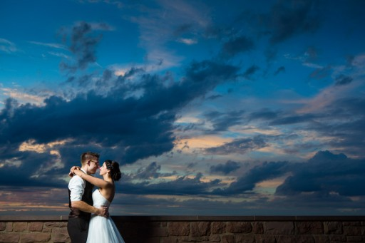 Brautpaar mit Wolkenhimmel